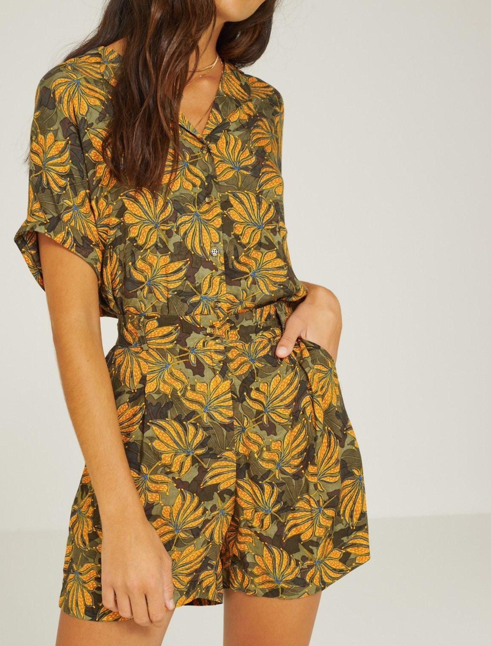 chica con short corto con estampado simulando camuflaje de flores de la marca yerse