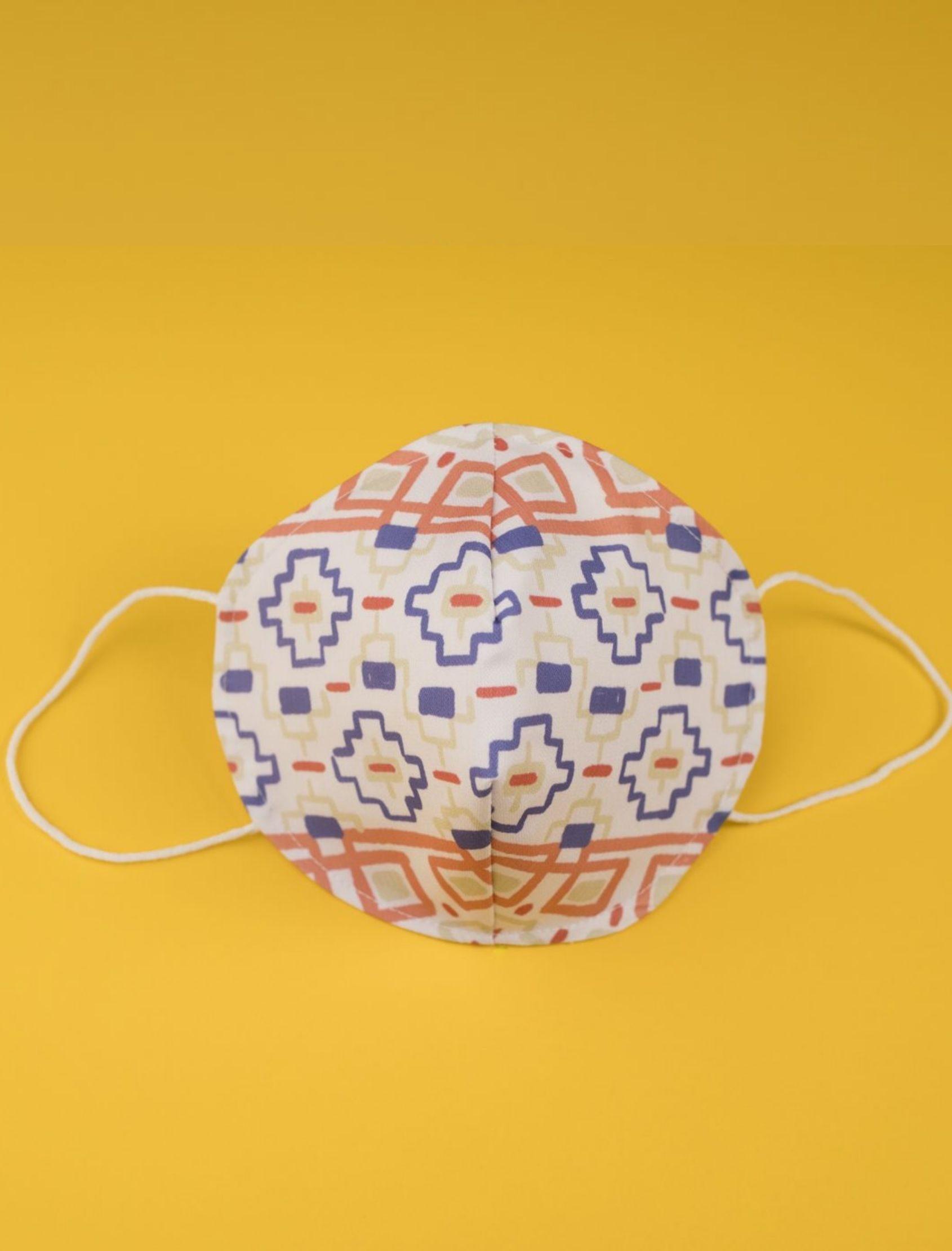 mascarilla para hombre axel con tejido 100% homologado y reutilizable. Estampado exclusivo de Cris Domínguez. Nako Mask.