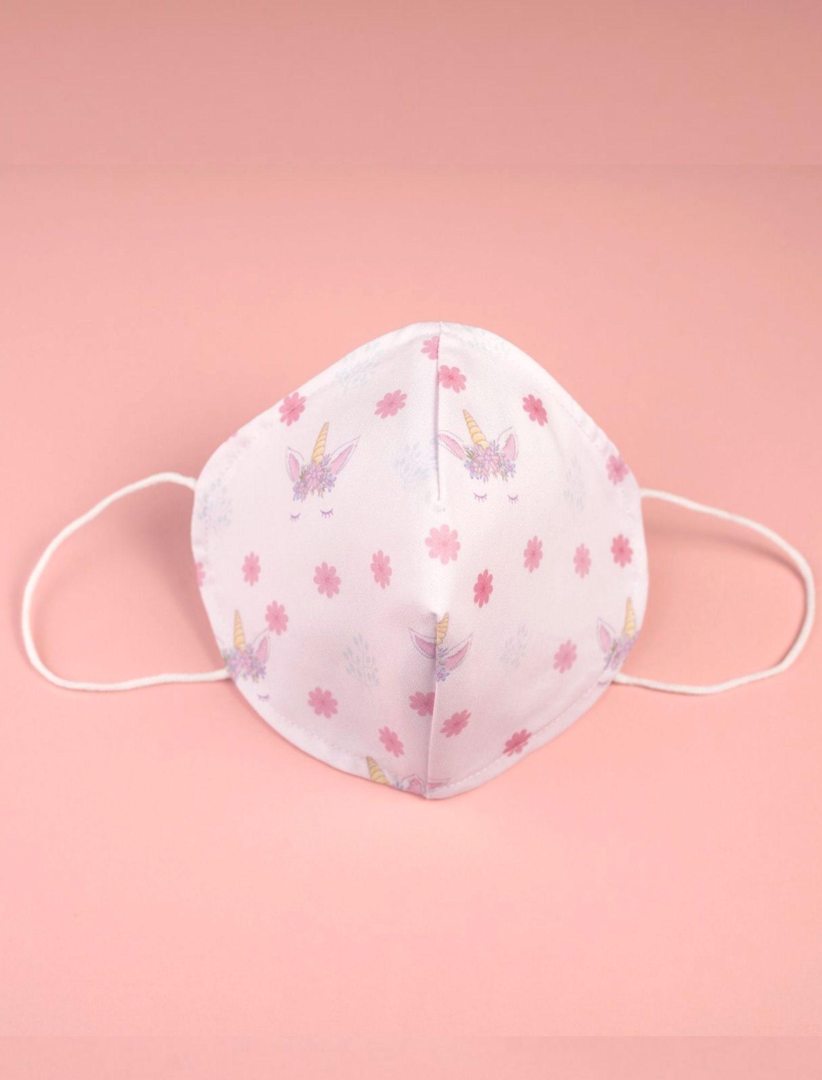 mascarilla reutilizable pink con fondo blanco y estampado de flores rosas con unicornios. Tejido Homologado Nako Mask.