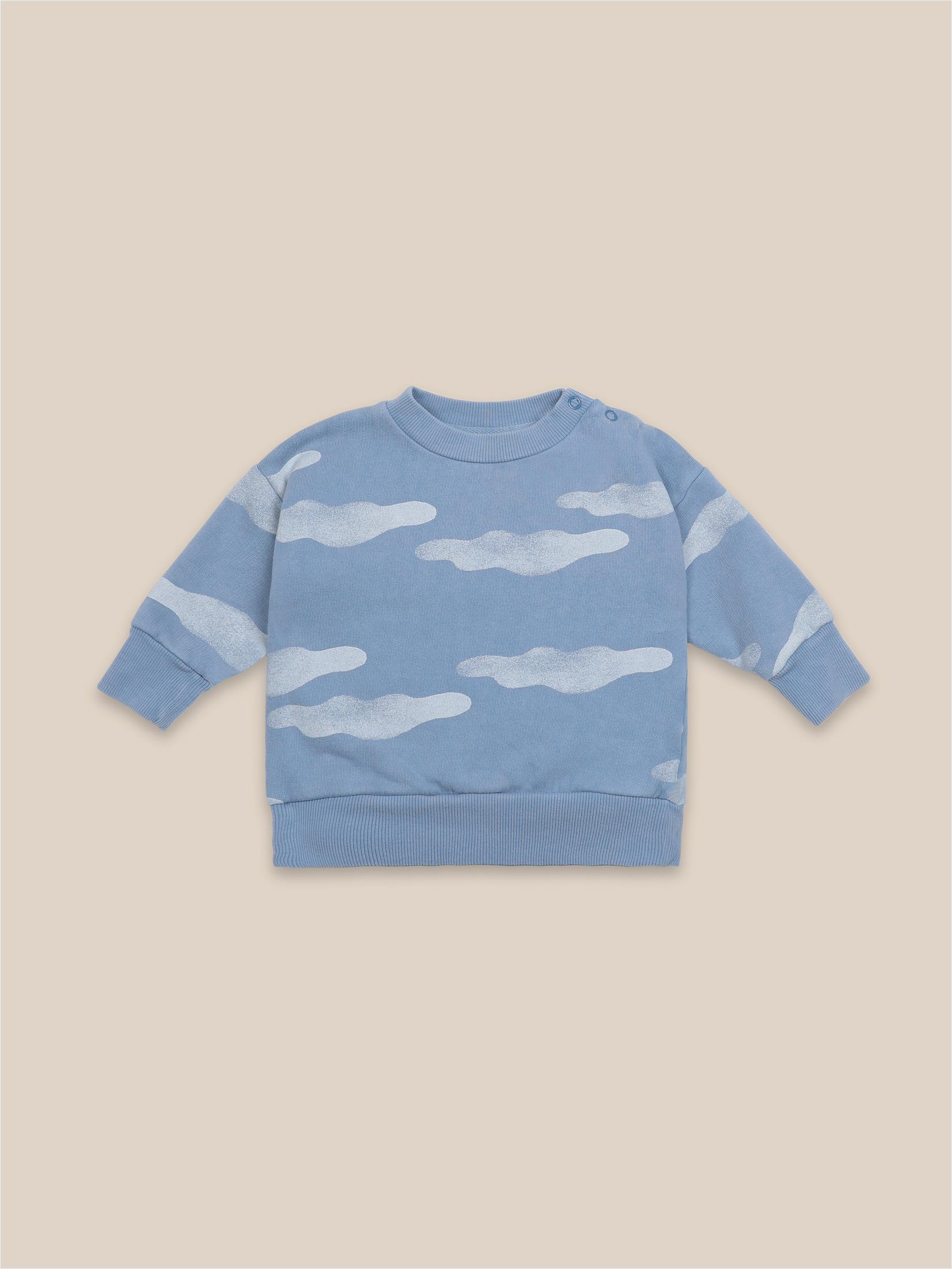 sudadera nubes bobo choses en azul con esgtampado de nubes