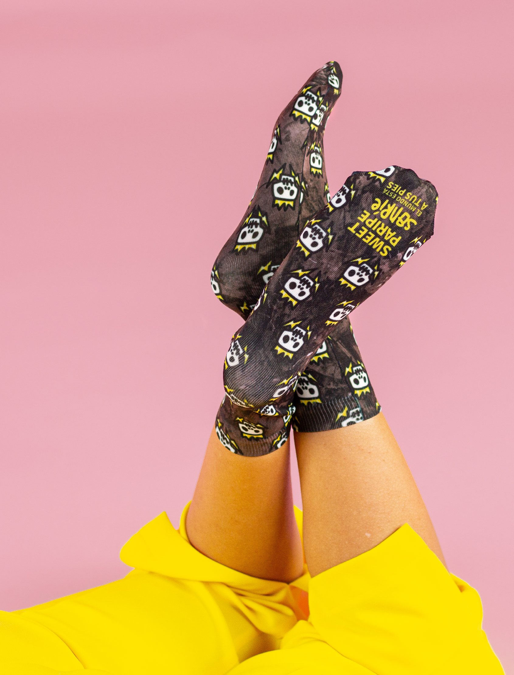 calcetines estampados con calaveras skull negro rosa y verde