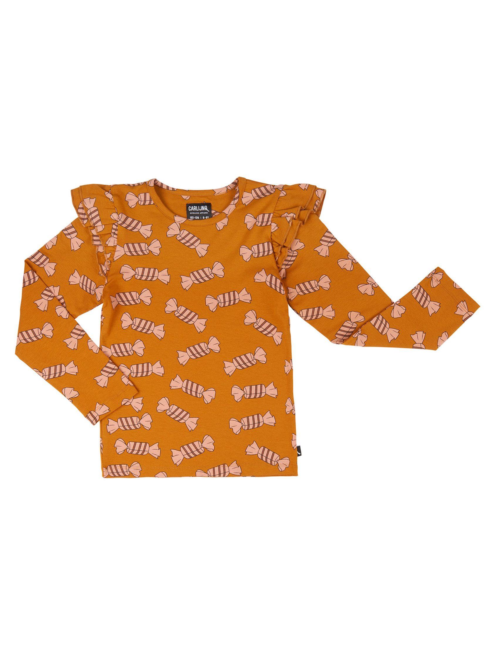 Camiseta Candy Carlinjq camiseta de manga larga a base de canela con estampado de caramelo en todo el cuerpo en rosa y volantes en los hombros.