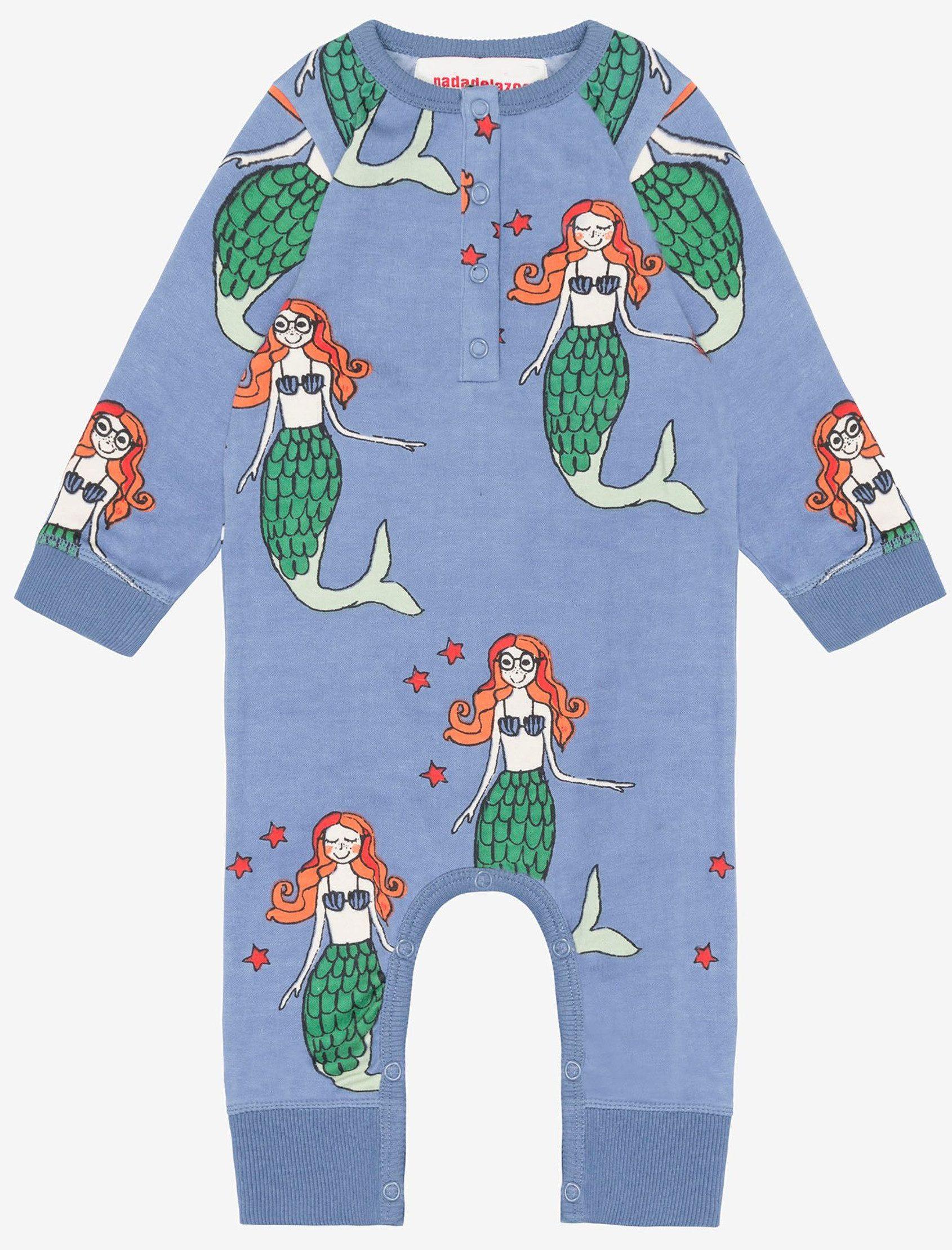 Body de bebé azul lavado con estampado completo Happy Mermaids. Las sirenas, los monstruos, todas las estrellas del universo y los planetas son nuestros amigos porque somos mágicos y tenemos superpoderes.
