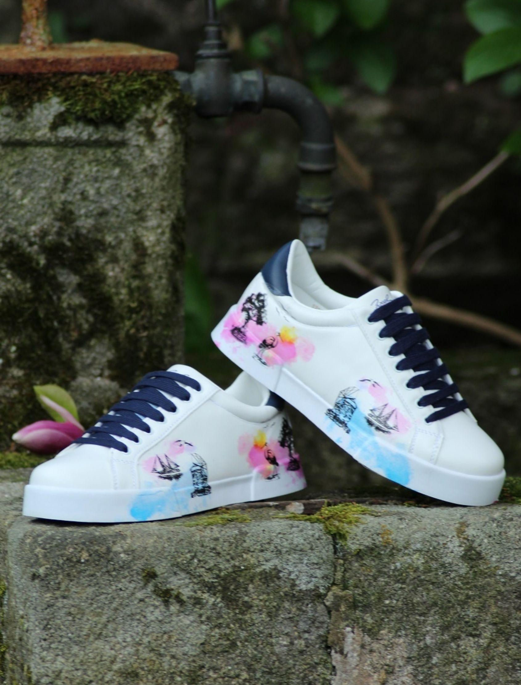 sneakers sueño griego en color blanco con estampado multicolor y cordones azul marino